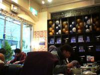 Opening Cafe店内。コンチネンタル航空の風船やパンフレットがいっぱい